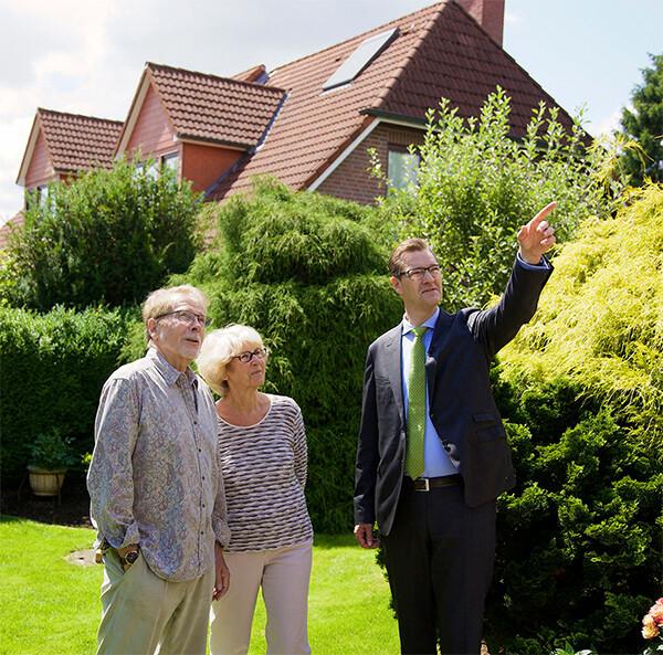 Senioren bei einer Hausbesichtigung