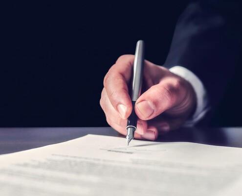 Mann setzt Unterschrift