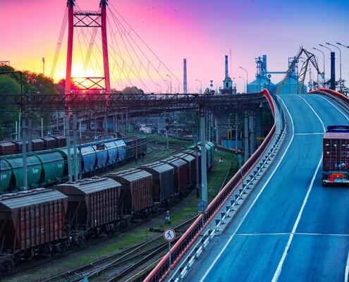 Züge neben Autobahn