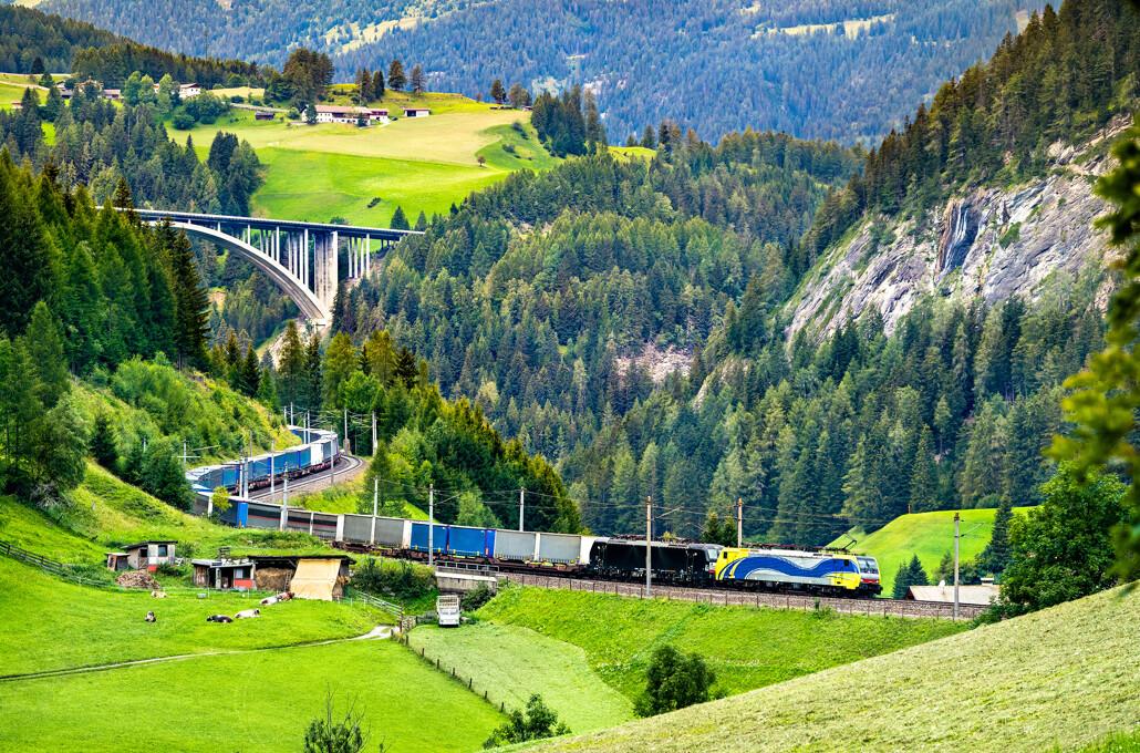 Zug in den Alpen