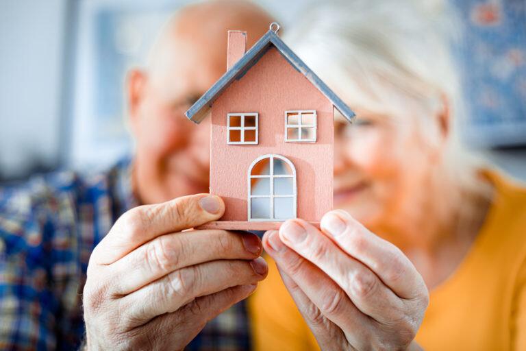 Seniorenpaar mit Haus