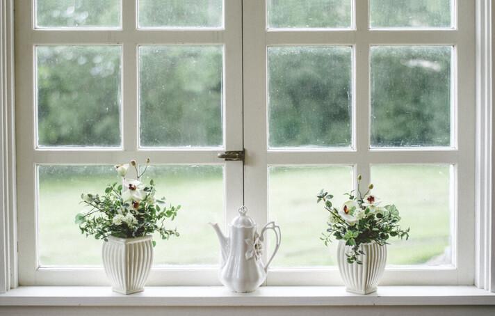 Fensterbank mit Blumen
