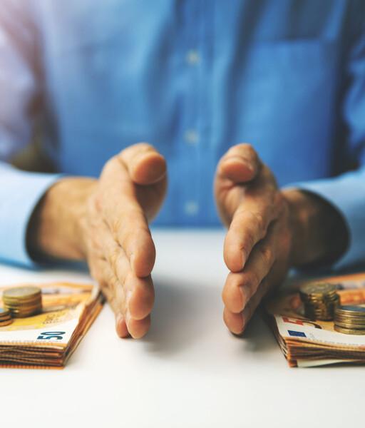 Hände teilen Geld auf