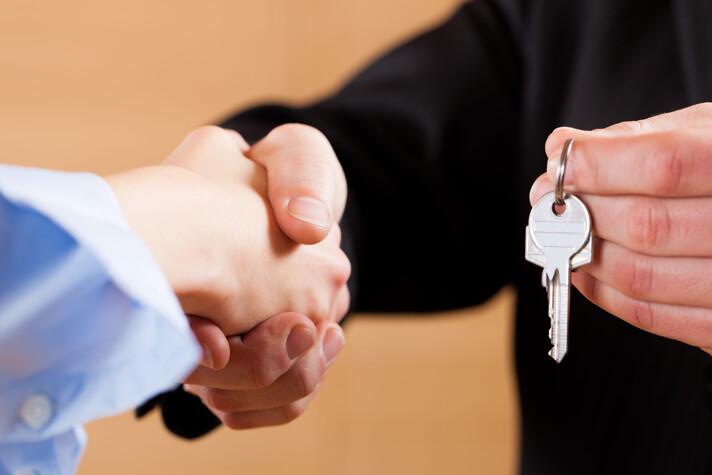 Handschlag mit Schlüsselübergabe