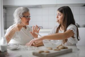 Enkelin und Oma beim Backen