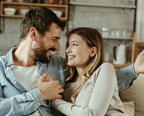 Junges Paar in ihrer Wohnung