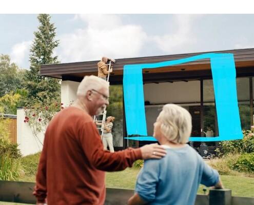 Älteres Ehepaar schaut bei der Renovierung zu