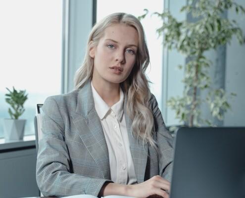 Frau im Anzug am Schreibtisch