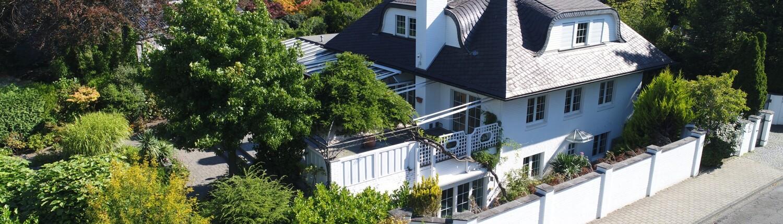 Villa mit eingezäuntem Grundstück
