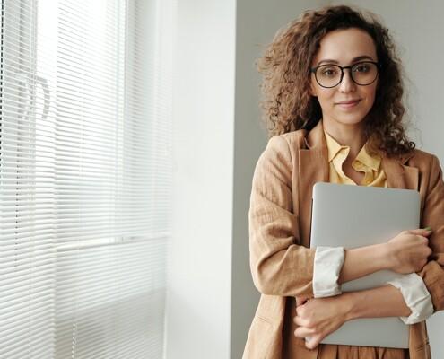Frau mit Laptop im Arm