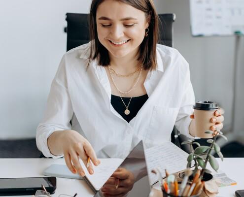 Frau mit Kaffee am Schreibtisch