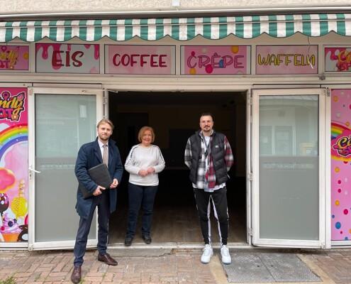 Alexander Lindenmann vor verkauftem Shop